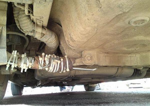 tubo amarrado con cinchos debajo e un carro