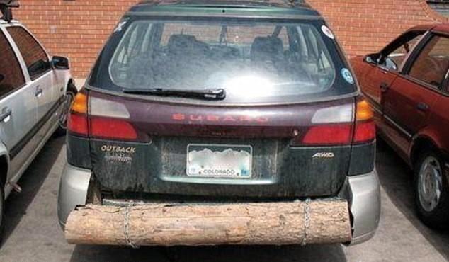 carro con defensa trasera hecha de madera