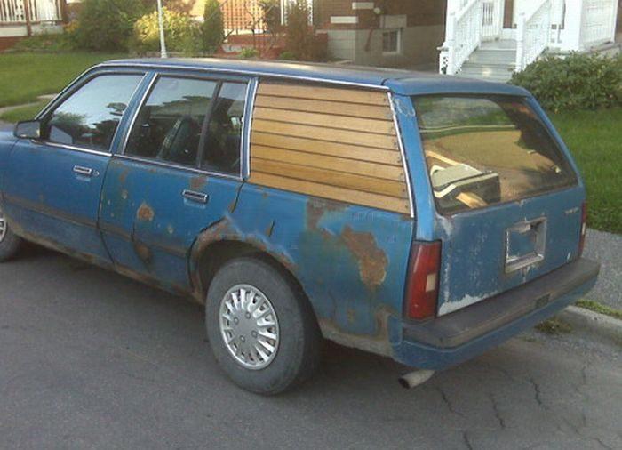 camioneta arreglada con un par de maderos como ventanas para que no se meta el agua