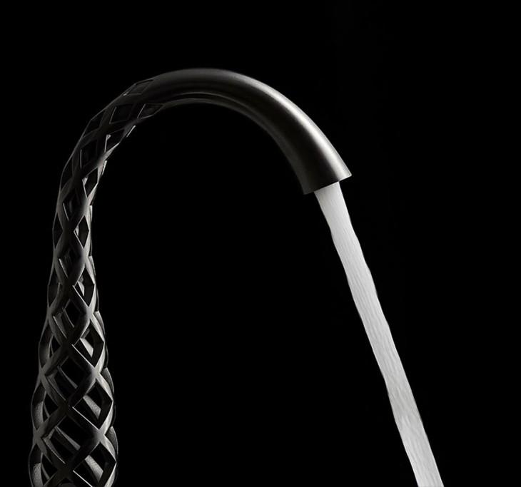 Grifo de diseño moderno del cual sale un chorro de agua