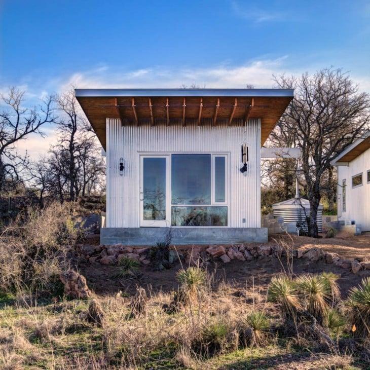 Casa donde alrededor hay césped y hiervas cercas a las orillas de un río en Texas