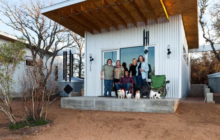 4 parejas de amigos frente a su casa cerca de un río