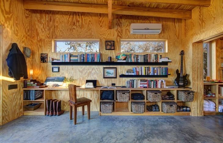 Habitación de una cabaña que muestra ropa acomodada en cestos de paja