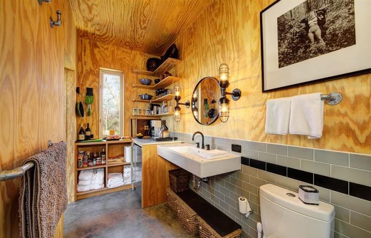baño dentro de una cabaña con productos de limpieza y hecho de madera