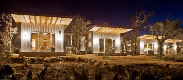 exterior de unas cabañas en la noche cercas de un río en texas