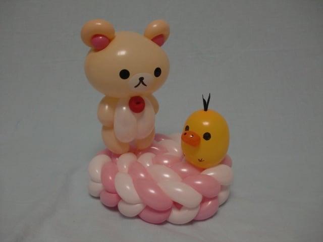 Animales hechos con globos por el japonés Masayoshi en forma de un oso junto a un pollito