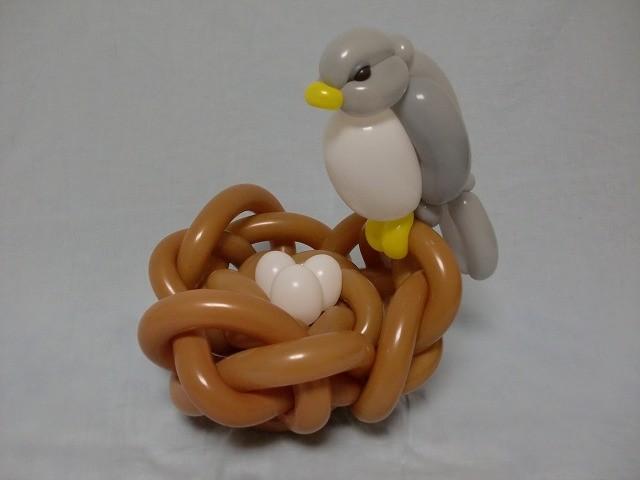 Figura de un ave en su nido hecha con globos