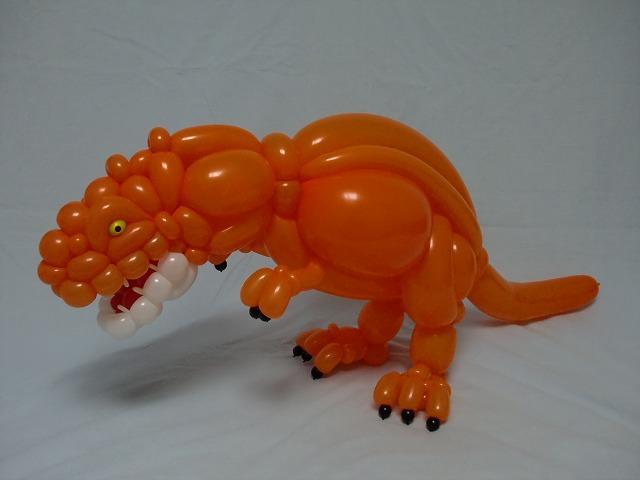 Dinosaurio hecho de globos en color anaranjado