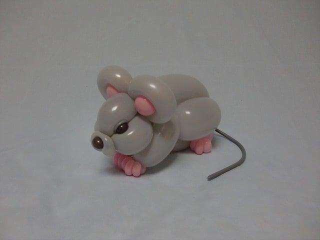 Globos de color gris con rosa en forma de ratón