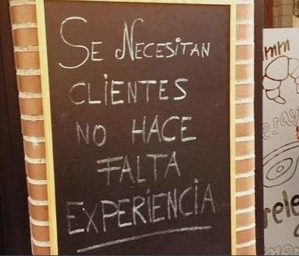 Letrero que dice que solicitan clientes que no hace falta que tengan experiencia