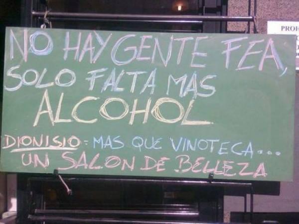 Anuncio de color verde que oferta la venta de alcohol