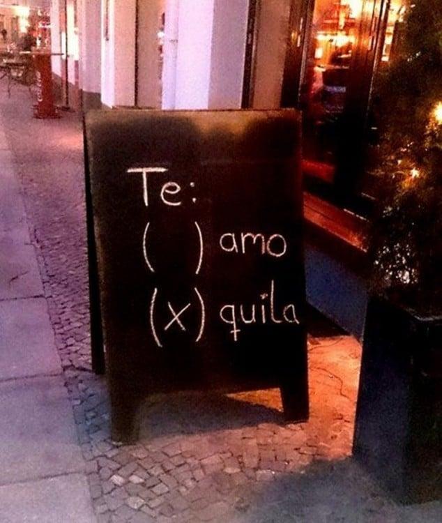 Letrero afuera de un negocio con las palabras Te amo tequila