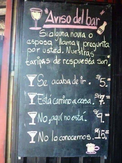 Anuncio de un bar pegado en la pared con los precios de las bebidas