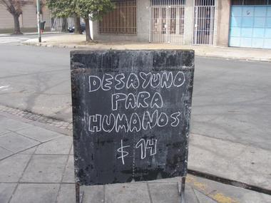 Letrero anunciando la comida del día afuera de un pequeño restaurante