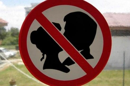 Señalamiento que indica que esta prohibido besarse