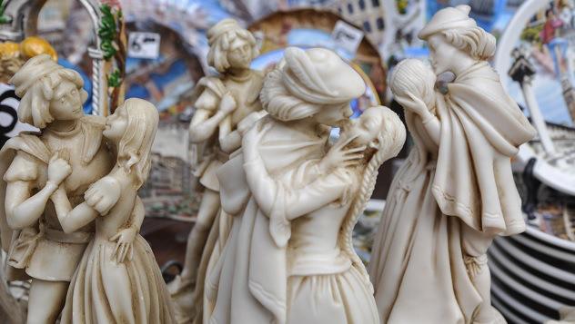 """origen de la palabra """"beso"""" con figuras de porcelana dándose un beso"""