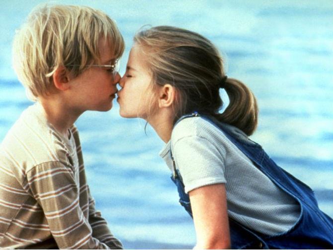 Escena de la película Primer beso donde los niños se están besando
