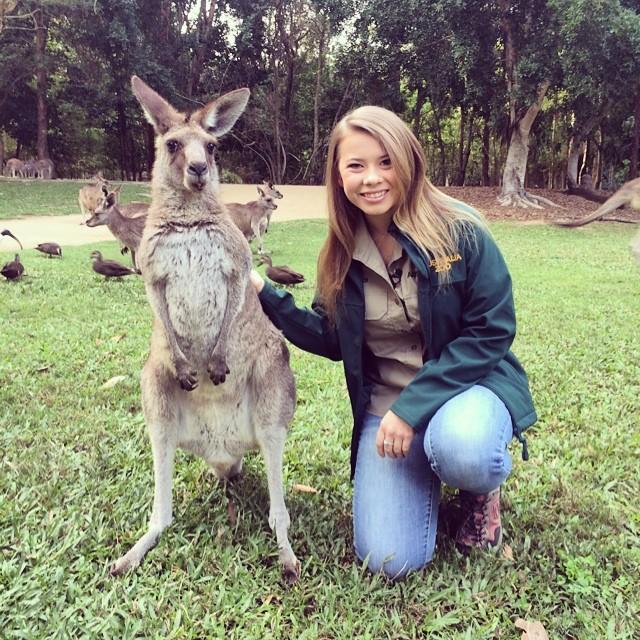 Bindi Irwin junto a un pequeño canguro en el zoológico