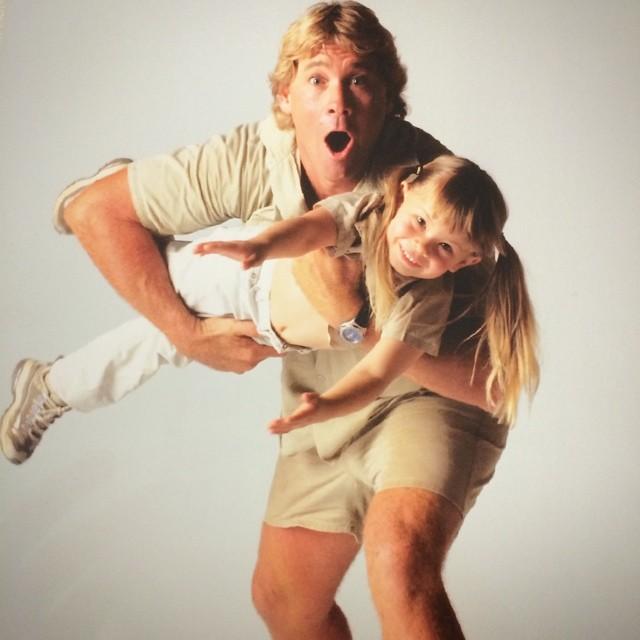 Bindi Irwin de niña siendo cargada por su padre Steve Irwin