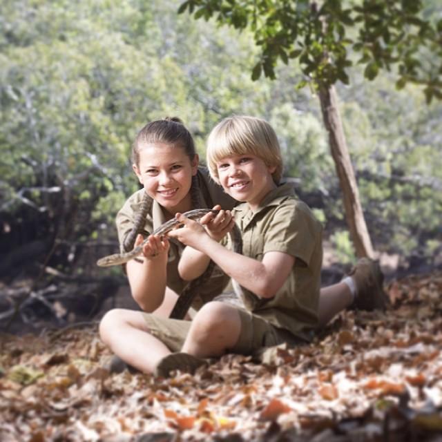Bindi Irwin junto a su hermano tomando una serpiente en sus manos