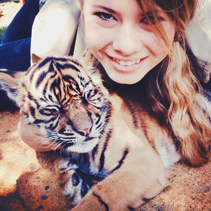 Bindi Irwin abrazando a un pequeño guepardo