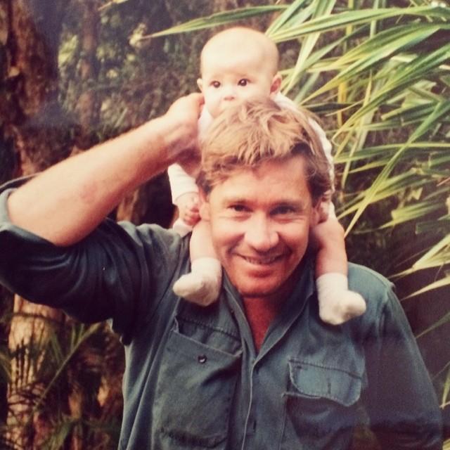 Bindi Irwin  de bebé sobre su padre Steve Irwin