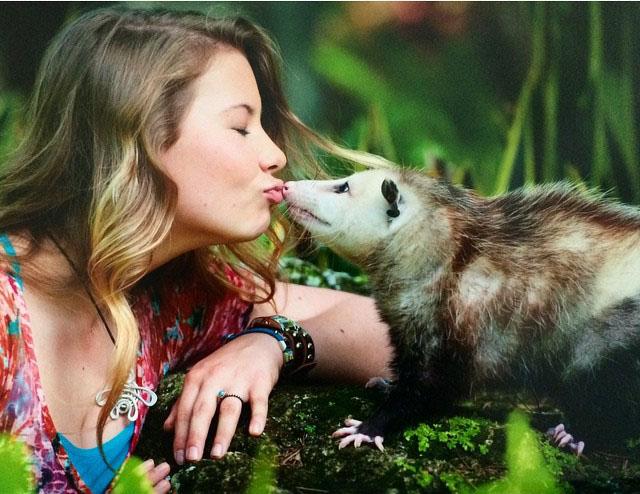 Bindi Irwin, hija de Steve Irwin besando a un animal