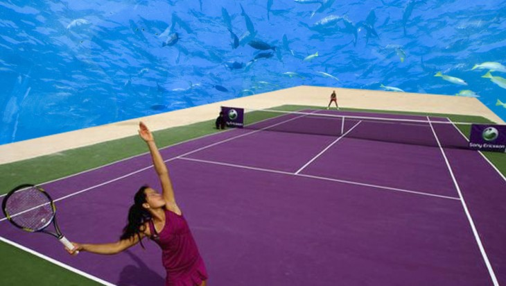 Chica a punto de sacar en un juego de tennis en el proyecto de una cancha de tennis bajo el agua en Dubai