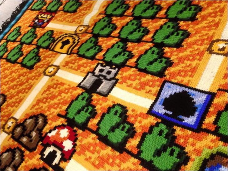 Fotografía de la alfombra tejida con el mapa de Mario Bros 3