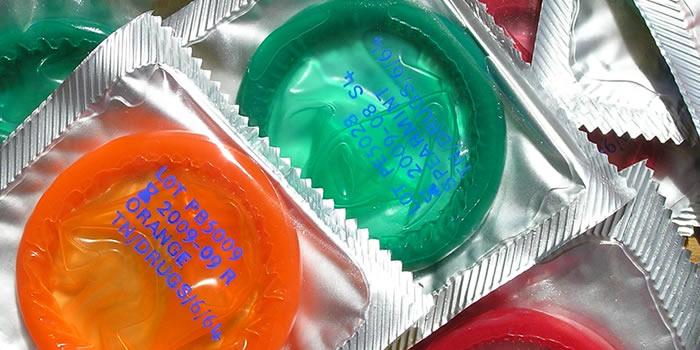 Condón para detectar enfermedades de transmisión sexual en colores verde y naranja