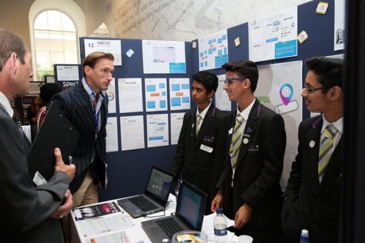 Premios de TeenTech donde unos chicos muestran su proyecto