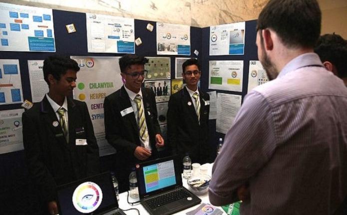 chicos muestran su proyecto de condones que detecta enfermedades
