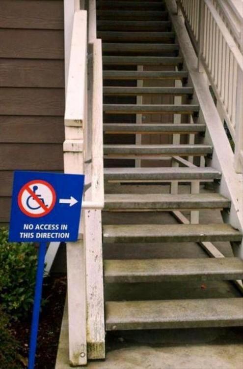 Letrero a un costado de unas escaleras señalando que no hay acceso