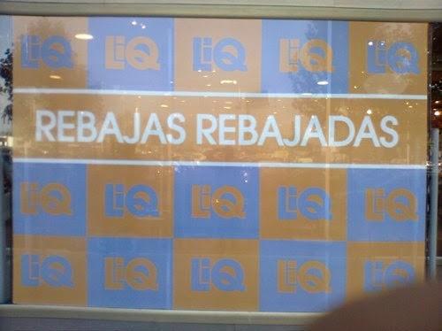 Cartel redundante anunciando las rebajas en una tienda