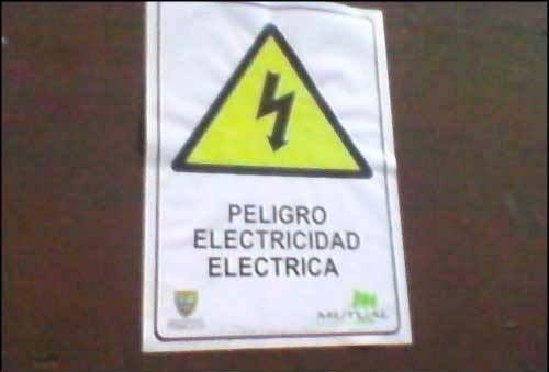 Cartel redundante donde indica que existe peligro con la electricidad