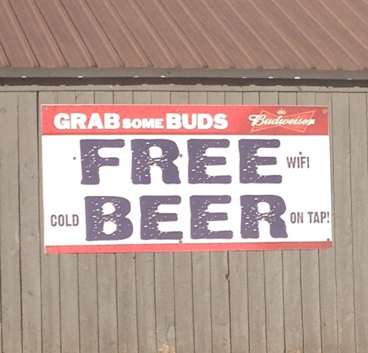 letrero de un bar que ofrece la cerveza bien fría