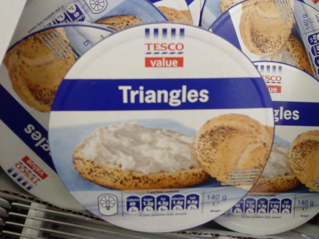 empaques redondos que contienen triángulos de queso