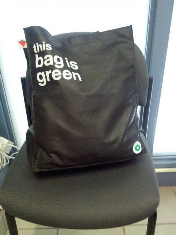 Bolsa negra que dice ser verde sobre una silla negra