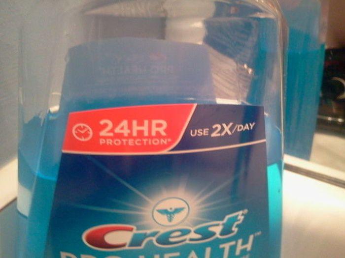 botella de enjuague bucal que dice que sirve las 24 horas y dice que se use 2 veces al día