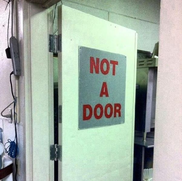 puerta con un letrero que dice que no es una puerta