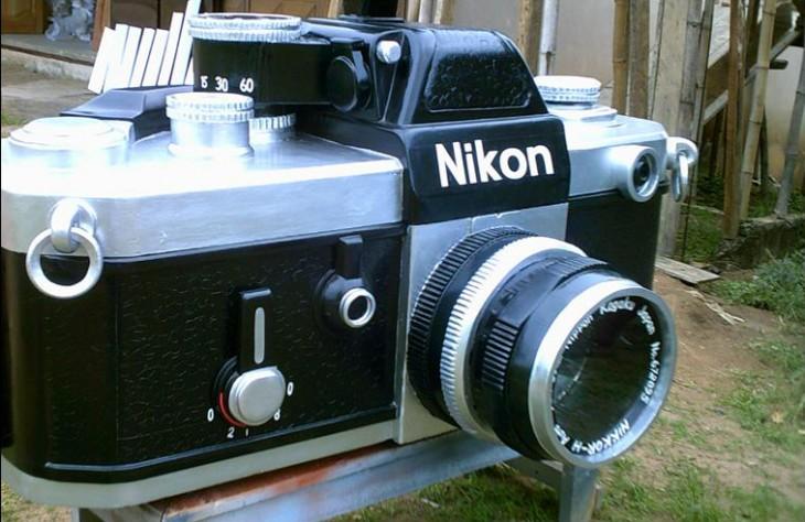 Ataúd en forma de cámara fotográfica Nikon