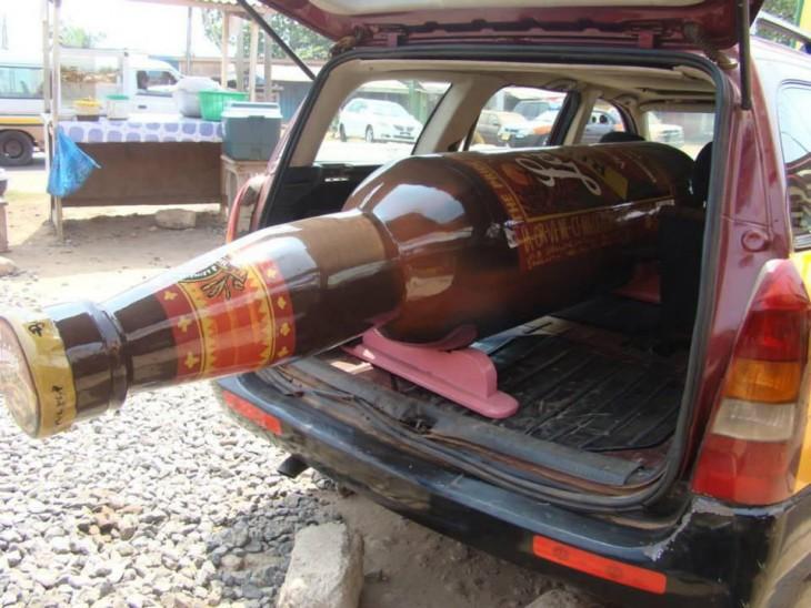 ataúd en forma de cerveza dentro de una camioneta