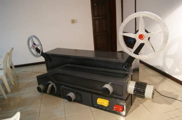 ataúd en forma de cinematógrafo en el suelo