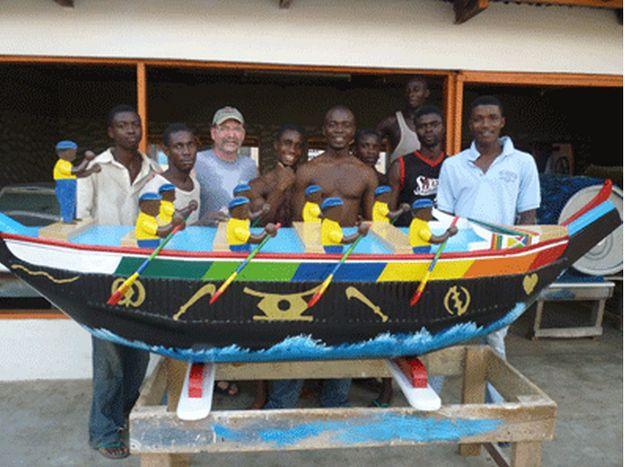 Ataúd en forma de un barco con personas remando
