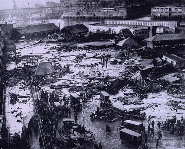 Fotografía de un tanque de almacenamiento que explotó en 1919