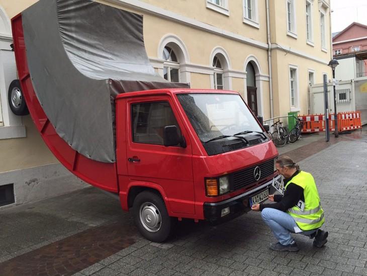 Persona multando la escultura de una persona en Alemania