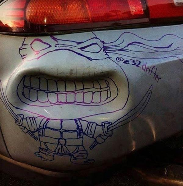 Abolladura de un carro con un dibujo de una tortuga ninja