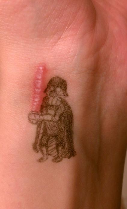 tatuaje en una cicatriz con la figura de Darth Vader