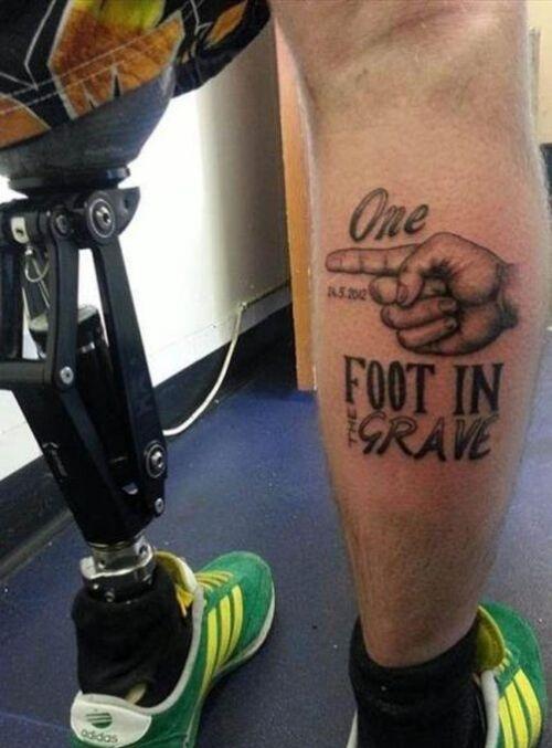 Piernas de una persona en la que la del lado izquierdo tiene una prótesis