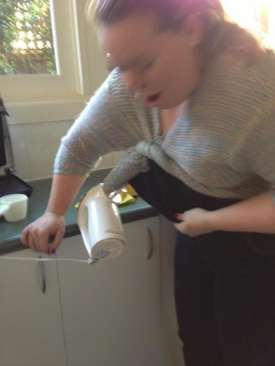 Fail de una chica que se agarro el suéter con una batidora en la cocina